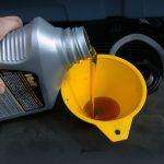 Podmažite dijelove motora automobila