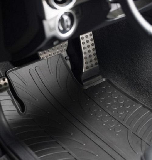 Automobilski gumi tepisi danas krase podove brojnih automobila